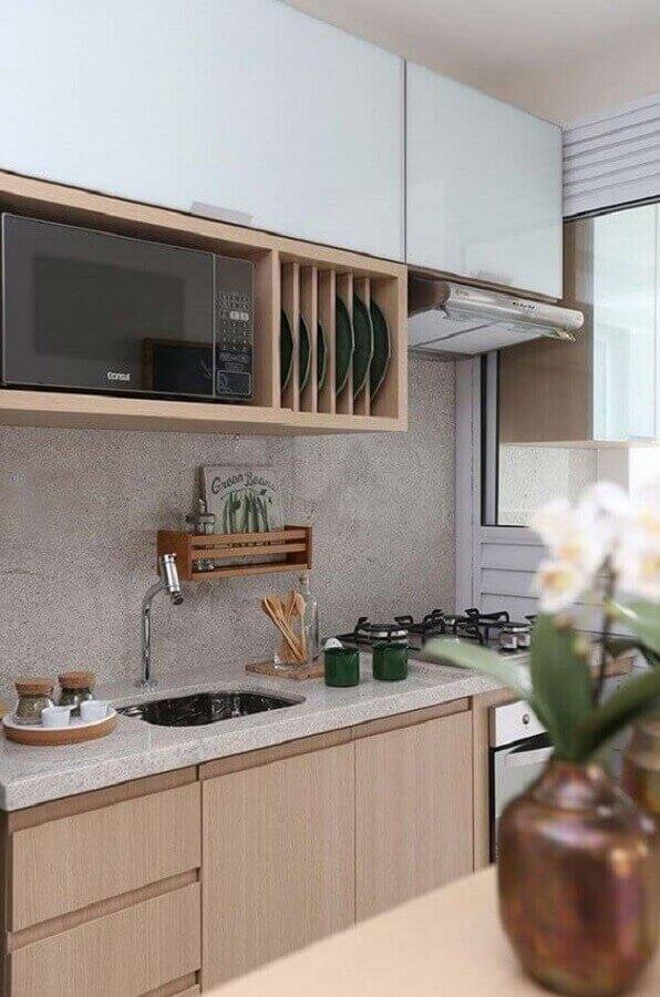 cozinha sob medida pequena com gabinete e nicho de madeira Foto Pinterest