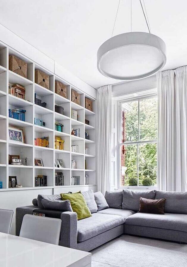 decoração clean com estante de nichos para sala ampla com sofá de canto cinza Foto Architecture Art Designs
