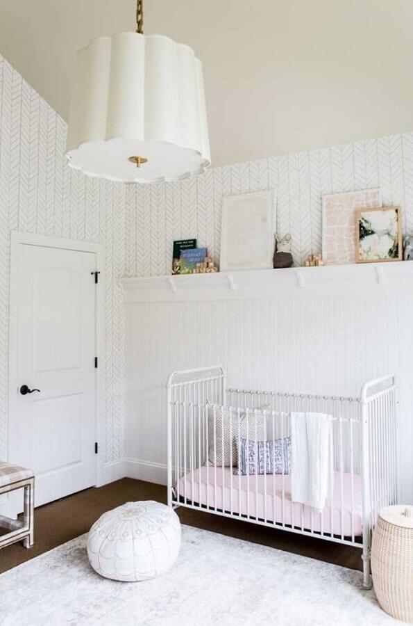 decoração clean com papel de parede branco para quarto de bebê Foto Houzz