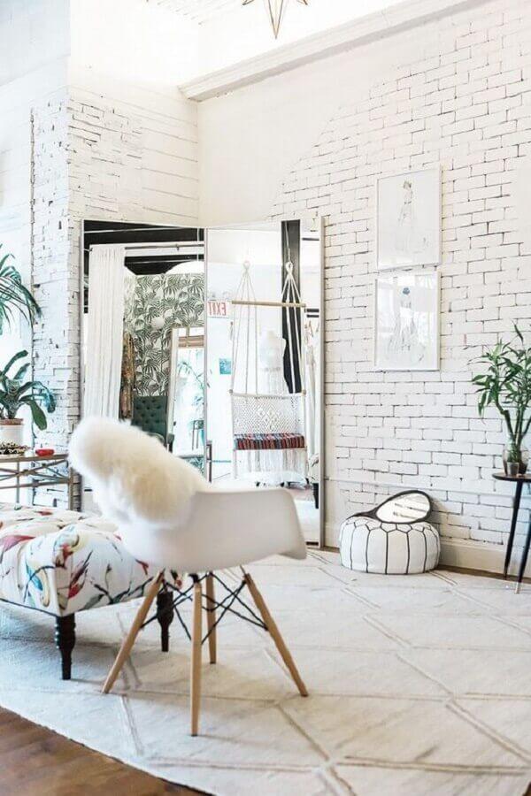 decoração clean com parede de tijolinho branco Foto MyDomaine