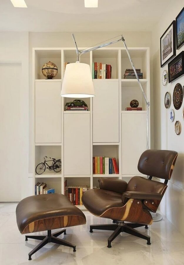 decoração clean com poltrona confortável e luminária de chão para leitura articulável Foto Leila Dionizio