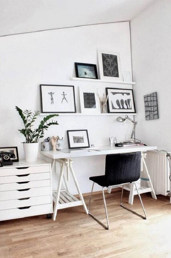 decoração clean para home office branco com prateleira para quadros Foto Casa de Valentina