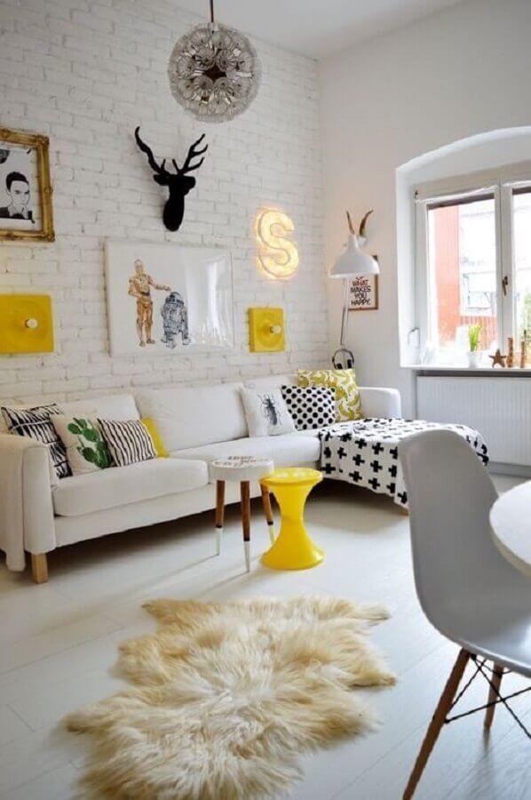 decoração clean para sala com sofá com chaise e parede de tijolinho branco Foto Pump Up Decor