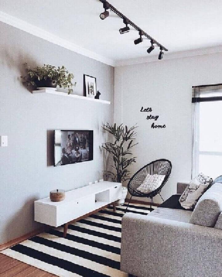 decoração com TV direto na parede de sala cinza e branca Foto Pinterest