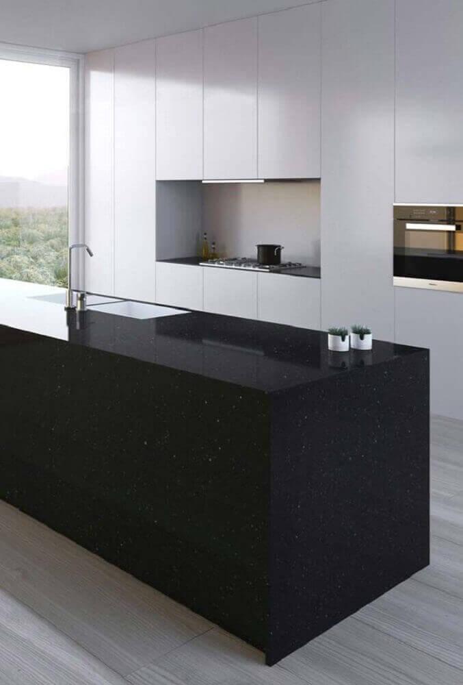 Decoração com armários brancos e bancada de cores de granito preto