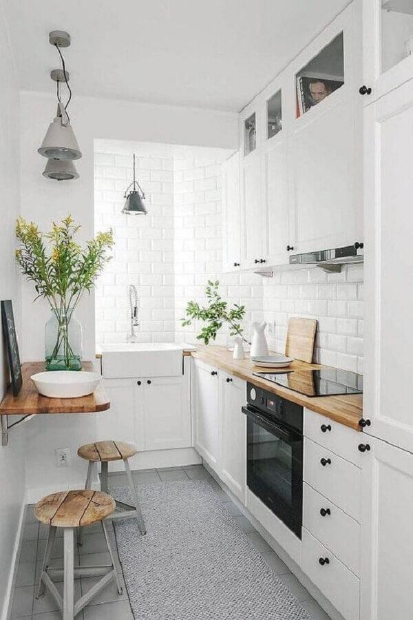 decoração com bancada de madeira para cozinha sob medida pequena toda branca Foto Apartment Therapy