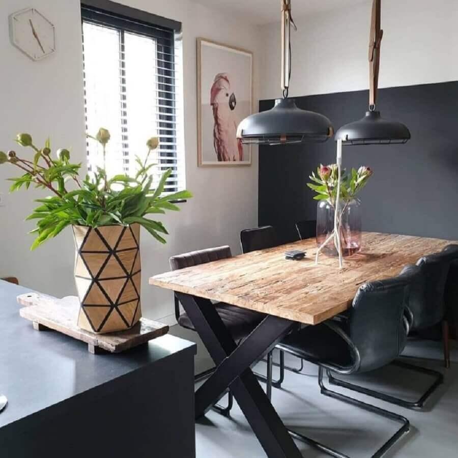 decoração com cadeiras pretas e mesa de jantar industrial com acabamento rústico  Foto Decorame