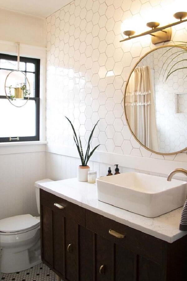 decoração com espelho redondo e revestimento hexagonal banheiro branco  Foto Apartment Therapy