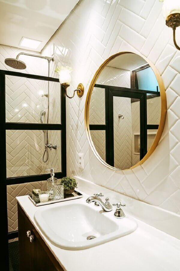 decoração com espelho redondo para banheiro com moldura dourada Foto Casa de Valentina