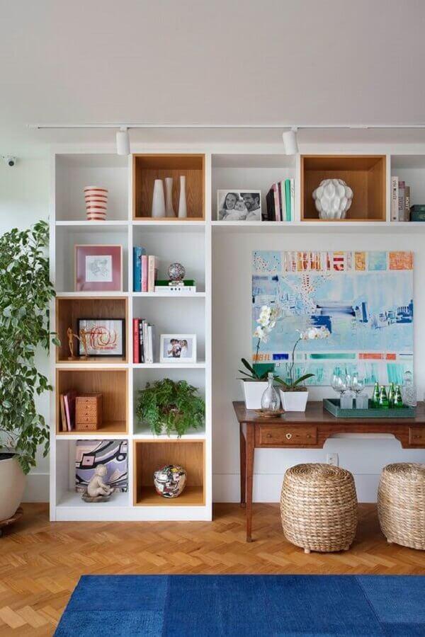 decoração com estante branca com nichos de madeira Foto Casa de Valentina