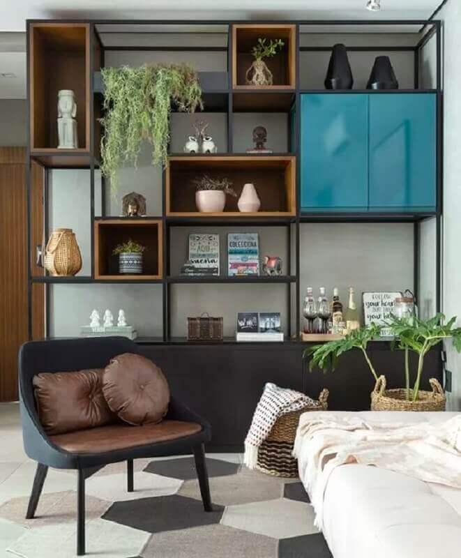decoração com estante de ferro com nichos de madeira Foto Jeito de Casa