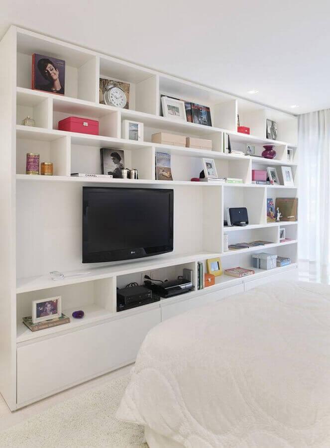 decoração com estante de nichos para quarto branco de casal Foto Casa de Valentina