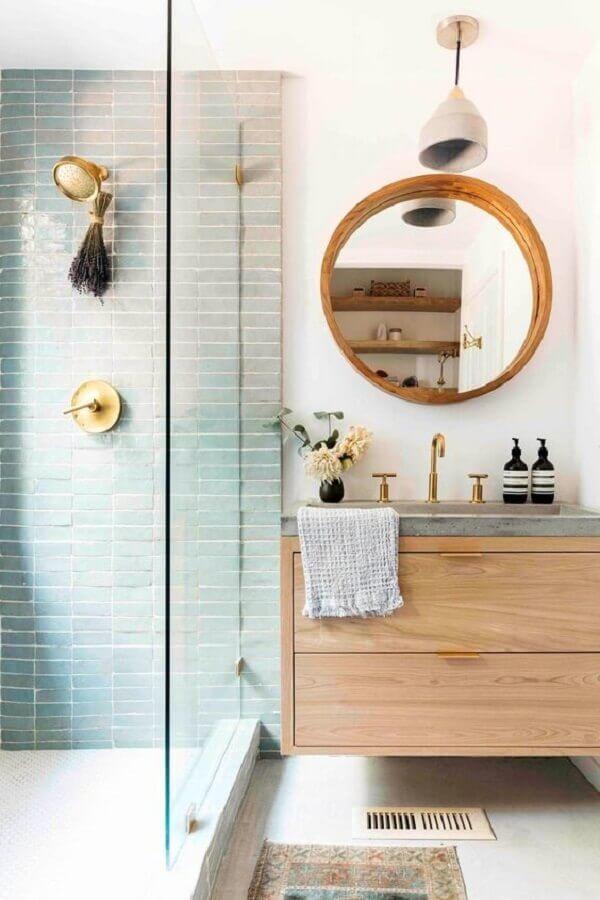 decoração com gabinete de suspenso e espelho para banheiro redondo com moldura de madeira Foto Apartment Therapy