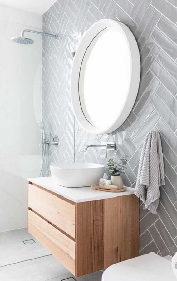 decoração com gabinete suspenso de madeira e espelho redondo para banheiro com moldura branca Foto Pinterest