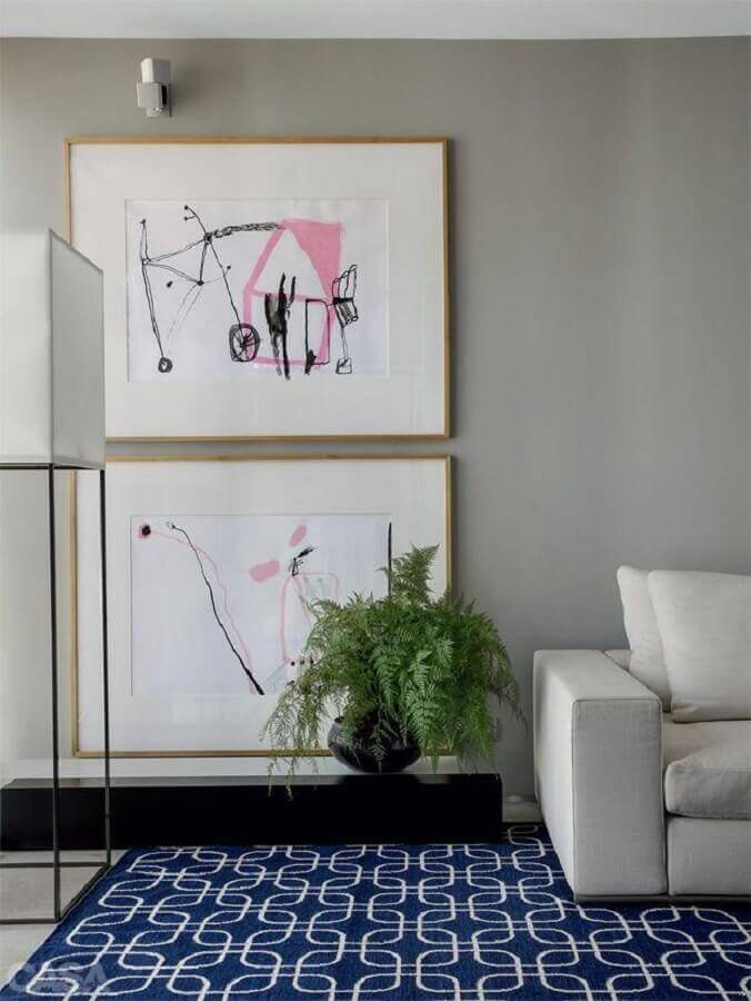 decoração com moldura de quadros delicada de madeira clara Foto Casa Très Chic