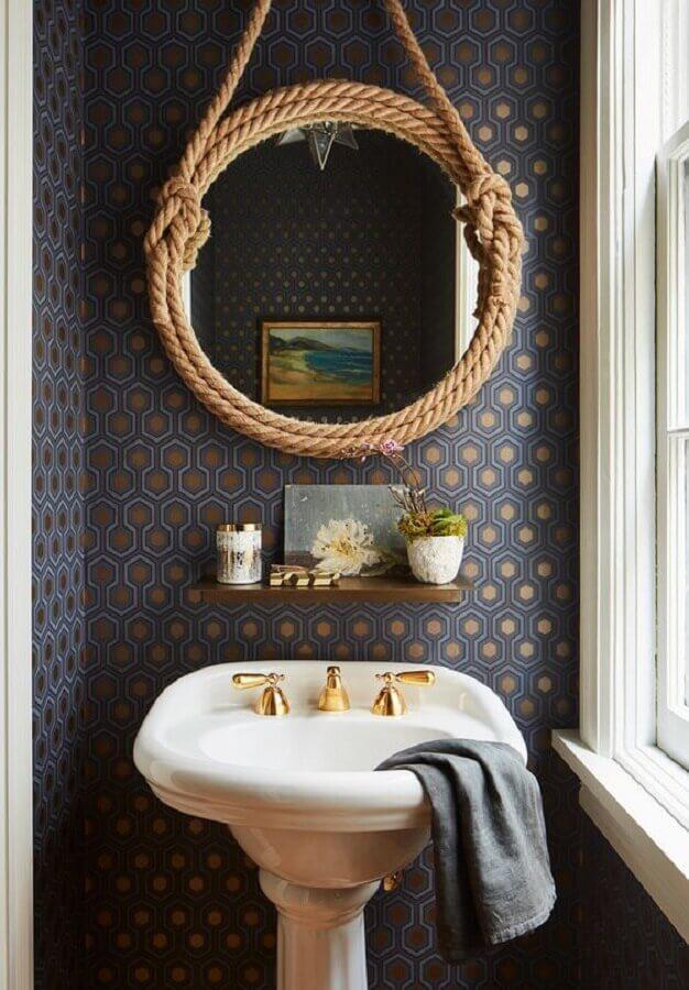 decoração com papel de parede escuro e espelho redondo para banheiro com alça de corda Foto Pinterest
