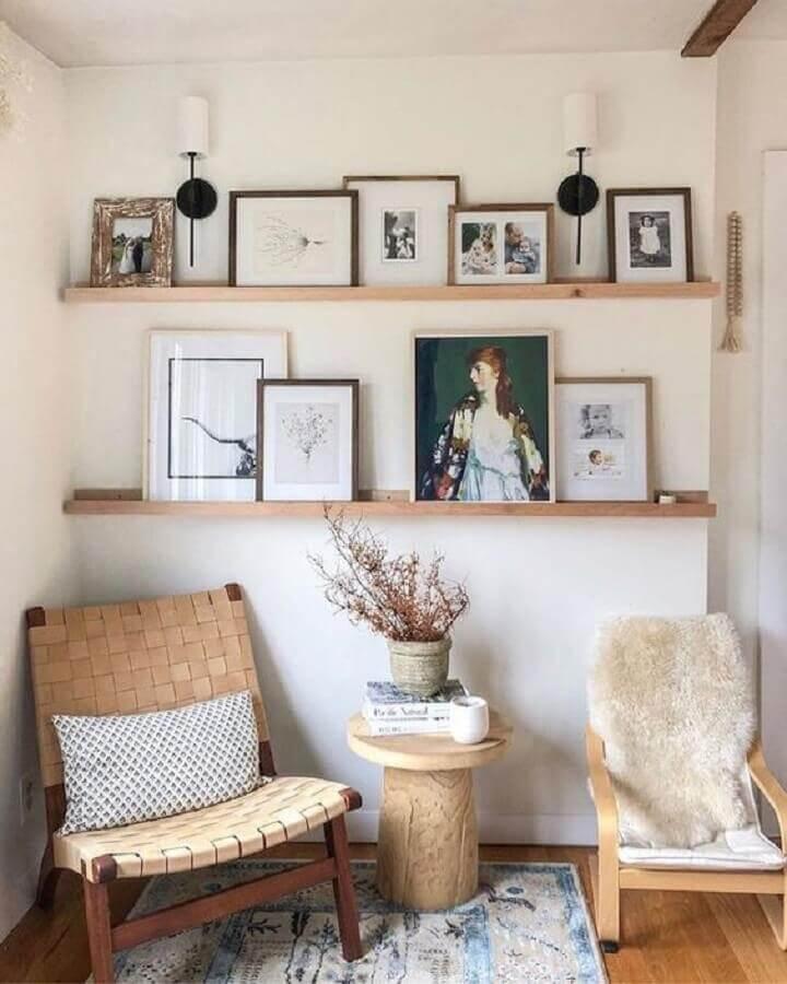 decoração com poltronas de madeira e prateleiras para quadros Foto Etsy