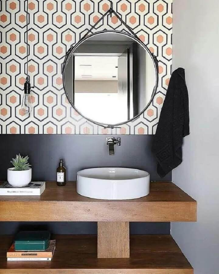 decoração com revestimento colorido e espelho redondo para banheiro com alça Foto Natalia Piramo