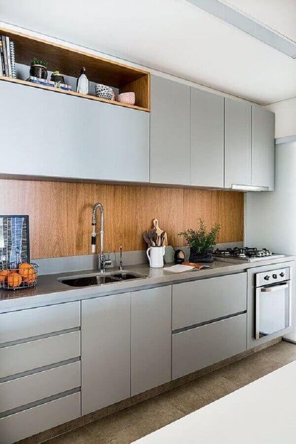decoração com revestimento de madeira e armário de cozinha sob medida cinza Foto Sala da Casa
