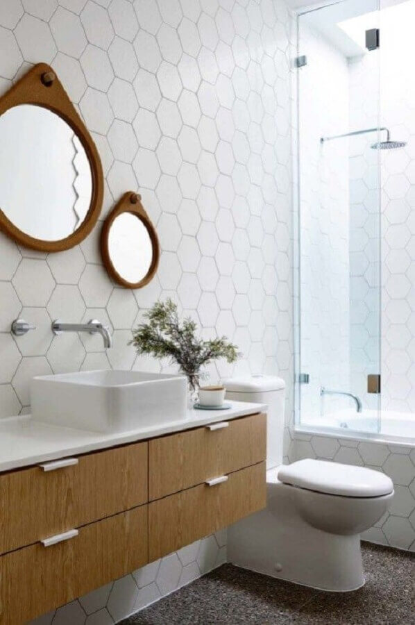 decoração com revestimento hexagonal banheiro branco  Foto Interior Design Inspiration
