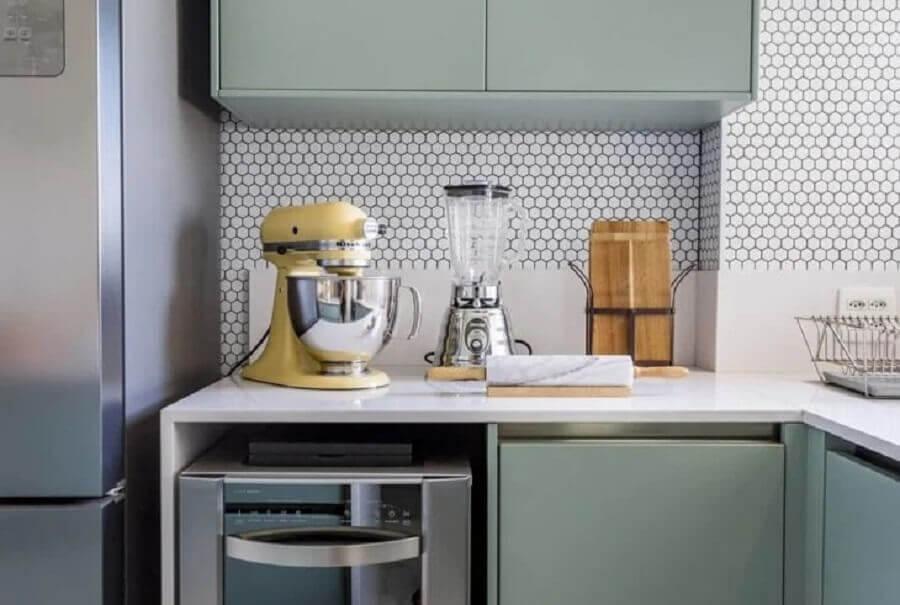 decoração com revestimento hexagonal cozinha planejada  Foto Folio Arquitetura
