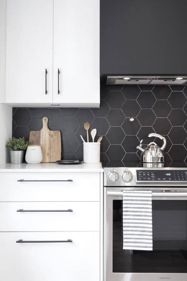 decoração com revestimento hexagonal cozinha preta e branca  Foto Pinterest