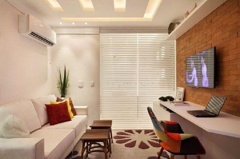 decoração com tv na parede de sala com sofá branco Foto Pinterest