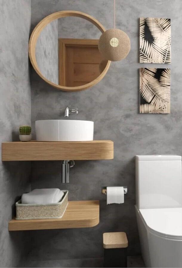 decoração de banheiro cinza pequeno com espelho redondo para banheiro com moldura de madeira Foto Artect Arquitetos