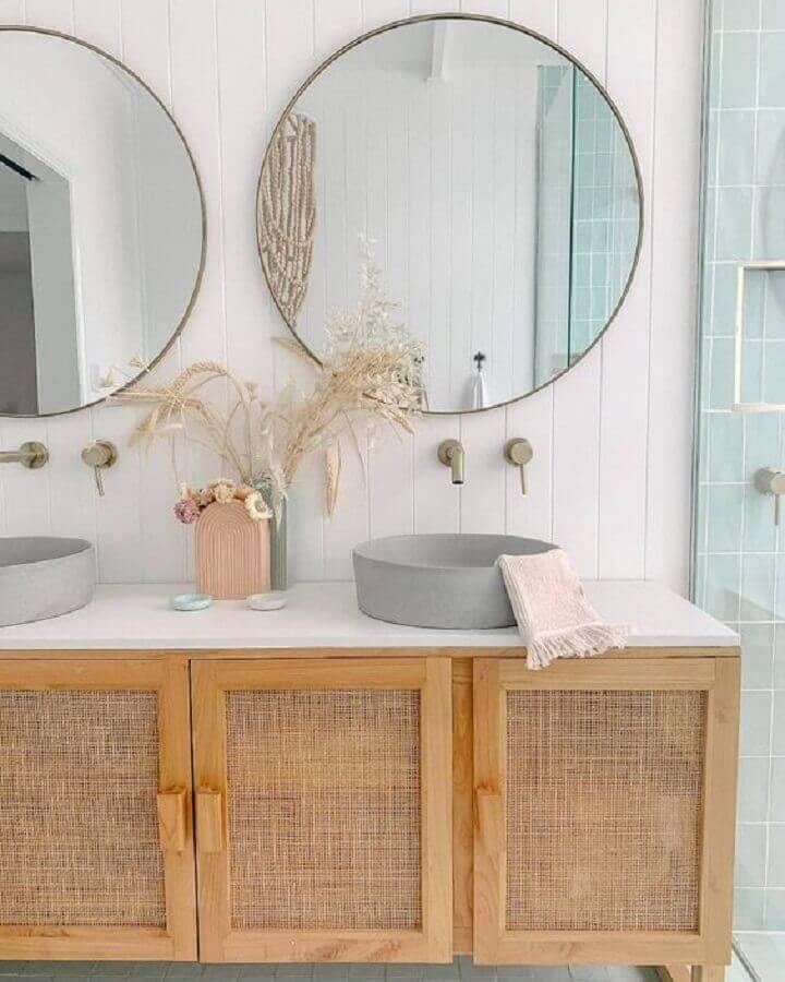decoração de banheiro clean com gabinete rústico e espelhos para banheiro redondo Foto Anita Yokota