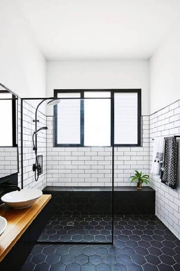 decoração de banheiro com piso preto de revestimento hexagonal  Foto Pinterest