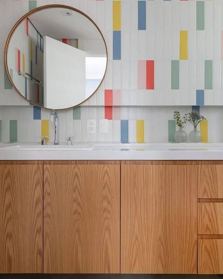 decoração de banheiro com revestimento colorido e espelho redondo Foto Duda Senna