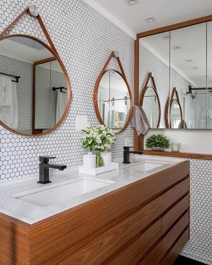 decoração de banheiro planejado com gabinete de madeira e revestimento hexagonal branco  Foto Estúdio AE Arquitetura