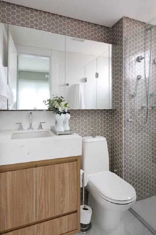decoração de banheiro planejado com revestimento hexagonal cinza pequeno  Foto Pinterest