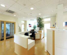 decoração de consultório com cores claras e neutras