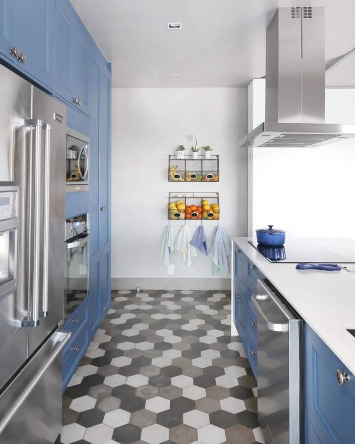 decoração de cozinha azul planejada com piso de revestimento hexagonal cinza Foto GF Projetos