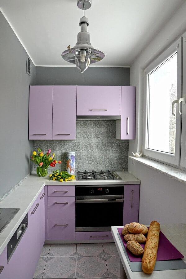 decoração de cozinha de apartamento cinza e lilás Foto Apartment Therapy