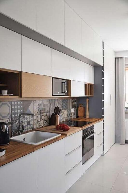 decoração de cozinha de apartamento com bancada de madeira  Foto Pinterest