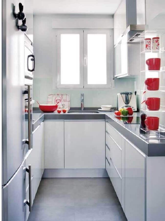 decoração de cozinha de apartamento pequena com armários planejados brancos  Foto Achados da Decoração