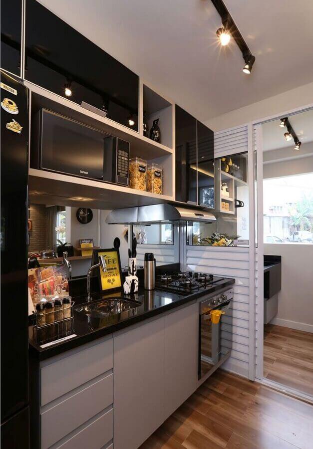 decoração de cozinha de apartamento pequeno com armário preto e cinza  Foto Simples Decoração