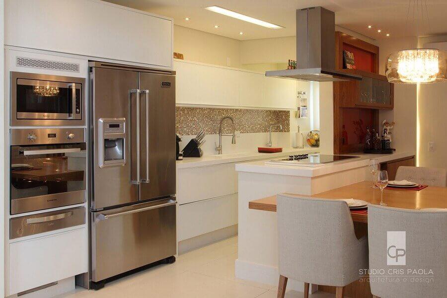decoração de cozinha de apartamento planejada em cores neutras  Foto Cris Paola