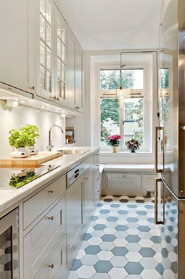 decoração de cozinha planejada clássica com piso revestimento hexagonal  Foto Fashionismo
