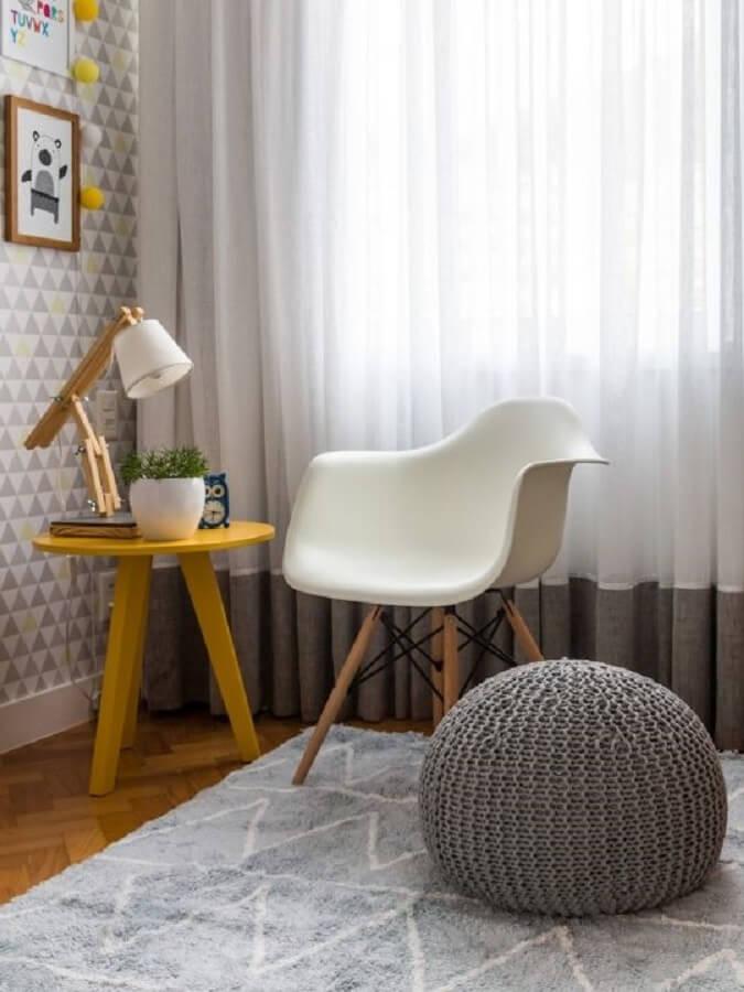 decoração de mesa lateral amarela com luminária para leitura de livros Foto NaToca Design