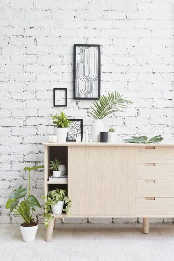 decoração de parede de tijolinho branco com buffet de madeira clara Foto Decoist