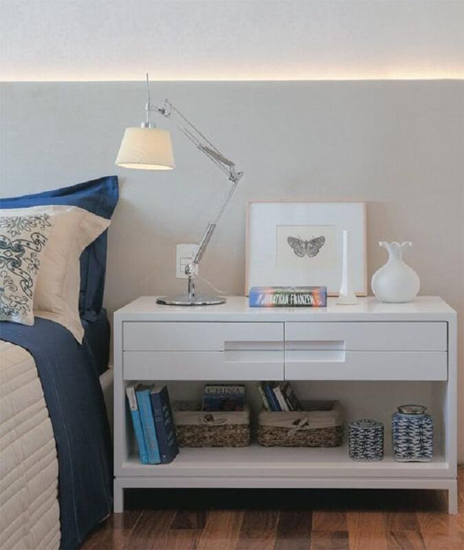 decoração de quarto com criado mudo branco e luminária para leitura articulável Foto Pinterest
