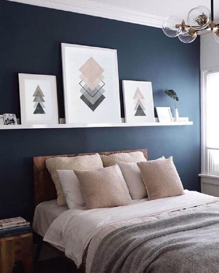 decoração de quarto com prateleira branca para quadros em parede azul Foto Etsy