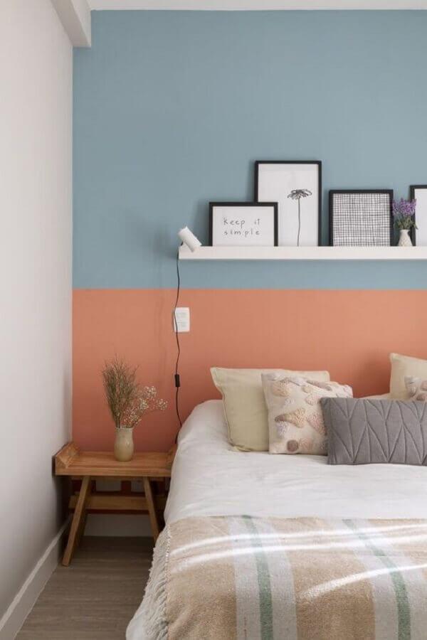 decoração de quarto com prateleira para quadros em parede pintada de azul e coral Foto Pinterest