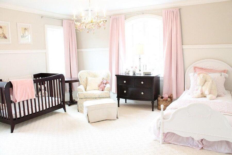decoração de quarto de bebê com móveis em madeira escura e cortinas rosa candy colors Foto Pinterest