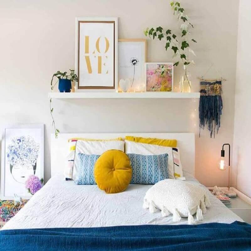 decoração de quarto feminino com prateleira para quadros Foto Pinterest