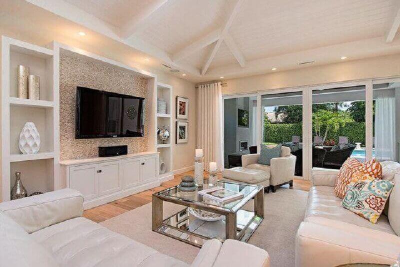 decoração de sala clássica e sofisticada com tv na parede e móveis brancos Foto Houzz