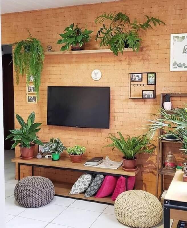 decoração de sala com TV direto na parede de tijolo a vista Foto Casa de Valentina